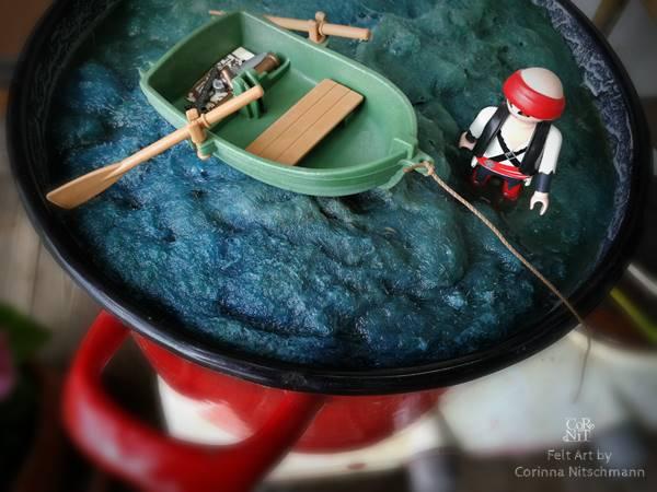 lustiges bild mit rohwolle färben mit playmobil figur im topf