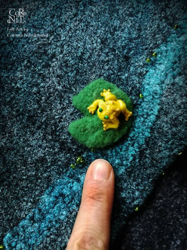 Mini Filzfrosch auf gefilztem Wickelrock