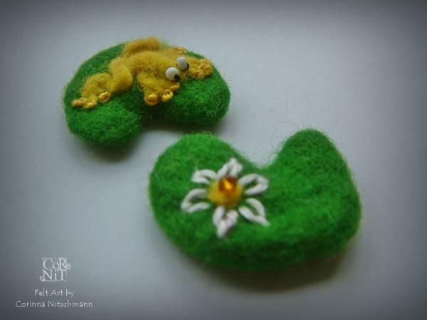 Filzfrosch und Blume auf Seerosenblatt