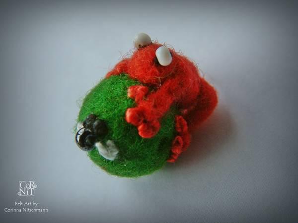 roter frosch auf filzperle