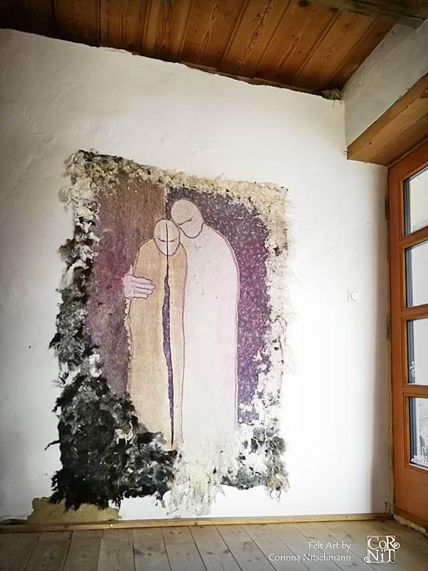 1 Nunofilzbild mit Rohwolle CorNit an der Wand 1