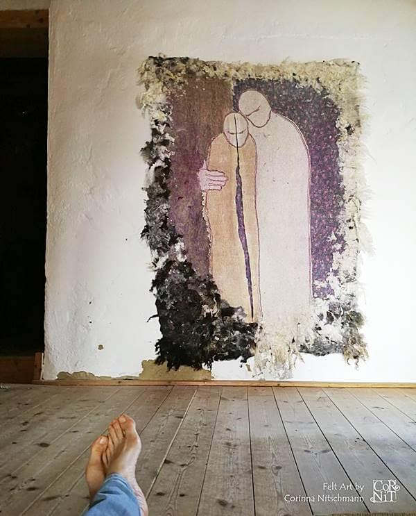 3 Nunofilzbild mit Rohwolle CorNit an der Wand