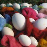 Ostereier mit Wolle färben